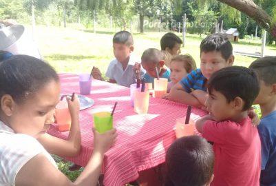 TERCÍADOS PARAÍSO: DEBAJO DE UN ÁRBOL, MÁS DE 30 NIÑOS ASISTEN A MERENDAR